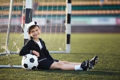 Kleiner Junge spielt Fußball stockbild