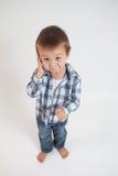 Kleiner Junge, sprechend am Telefon Stockbilder