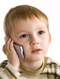 Kleiner Junge spricht durch Telefon Lizenzfreies Stockbild