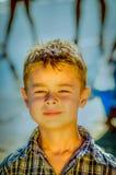 Kleiner Junge am Strand lizenzfreies stockbild