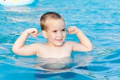 Kleiner Junge am Swimmingpool Stockbilder