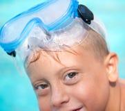 Kleiner Junge am Swimmingpool Lizenzfreie Stockfotos