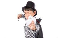 Kleiner Junge täuschen als Magierleistung mit Spaß vor lizenzfreies stockbild