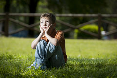 Kleiner Junge tief in den Gedanken Stockfotos