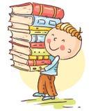 Kleiner Junge trägt einen großen Stapel von Büchern Stockfotos