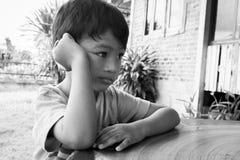 Kleiner Junge traurig und besorgt lizenzfreie stockfotos