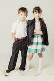 Kleiner Junge umfasst weibliches Kind für Schulter Stockfotografie
