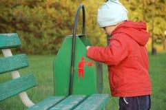 Kleiner Junge und Abfall-kann lizenzfreies stockbild