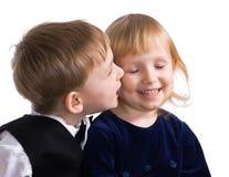Kleiner Junge und der Mädchenkuß Stockfotos