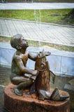 kleiner Junge und Fische des Brunnens im Blagoevgard-Stadtzentrum Stockbild
