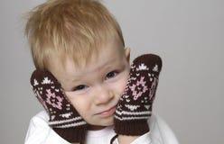 Kleiner Junge und Handschuhe Stockbild