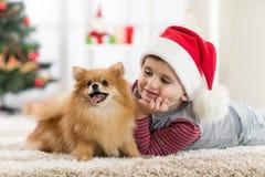 Kleiner Junge und Hund am Weihnachten lizenzfreie stockfotos
