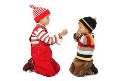 Kleiner Junge und lächelndes Mädchen mit Löffel Lizenzfreies Stockfoto