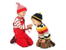 Kleiner Junge und lächelndes Mädchen mit Löffel Stockbild
