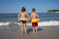 Kleiner Junge und Mädchen auf dem Strand Lizenzfreie Stockbilder