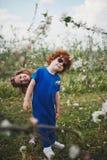 Kleiner Junge und Mädchen in blühendem Garten Lizenzfreies Stockbild