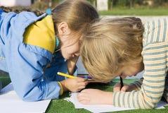 Kleiner Junge und Mädchen der hübschen Zeichnung Stockfoto