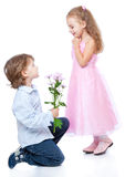 Kleiner Junge und Mädchen in der Liebe Stockbild