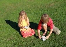 Kleiner Junge und Mädchen, die Geld zählt Lizenzfreie Stockbilder