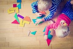 Kleiner Junge und Mädchen, die mit geometrischen Formen spielt Lizenzfreie Stockfotos