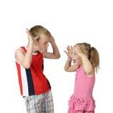 Kleiner Junge und Mädchen, die sich neckt Stockfotos