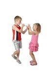 Kleiner Junge und Mädchen, die sich neckt Lizenzfreies Stockfoto