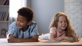 Kleiner Junge und Mädchen drehen weg schüchtern lächelnd, Kindheitsgefühl, Liebe lizenzfreies stockbild