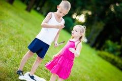 Kleiner Junge und Mädchen mit Marienkäfer im Park stockbild