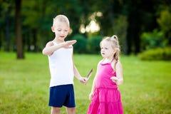 Kleiner Junge und Mädchen mit Marienkäfer im Park stockfoto