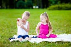 Kleiner Junge und Mädchen mit Marienkäfer im Park stockbilder
