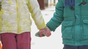 Kleiner Junge und Mädchen, welche die Hände freundlich nimmt stock footage