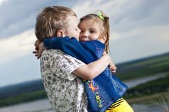 Kleiner Junge und Mädchen wird geküßt Lizenzfreie Stockfotos