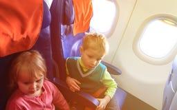Kleiner Junge und Mädchen reisen mit dem Flugzeug Lizenzfreies Stockbild