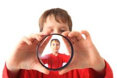 Kleiner Junge und spezielles Glas lizenzfreie stockfotografie