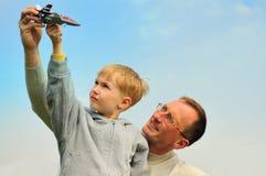 Kleiner Junge und Vater sind das Spielen im Freien Stockbilder
