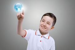 Kleiner Junge und virtuelle Technologien Stockbild
