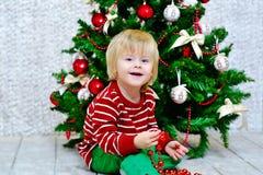 Kleiner Junge und Weihnachtsbaum Lizenzfreies Stockbild