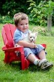 Kleiner Junge und Welpe Lizenzfreies Stockbild