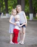 Kleiner Junge und zwei ältere Vetter, treffend im Sommerpark Stockbilder