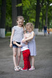 Kleiner Junge und zwei ältere Vetter, treffend im Sommerpark Lizenzfreie Stockfotografie