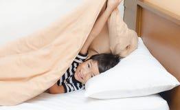 Kleiner Junge unter Decke Stockbilder