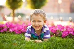 Kleiner Junge unter den Blumen Lizenzfreies Stockbild