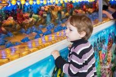 Kleiner Junge von drei Jahren an einem Funfair, draußen lizenzfreie stockbilder