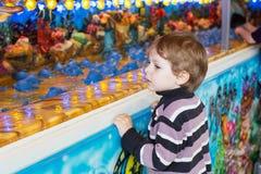 Kleiner Junge von drei Jahren an einem Funfair, draußen stockbilder