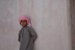 Kleiner Junge von Oman auf einer Wand Stockfoto