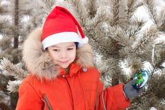 Kleiner Junge am Winterweg wird mit verziert lizenzfreie stockfotos