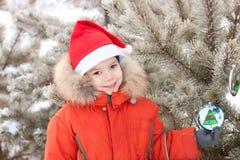 Kleiner Junge am Winterweg wird mit verziert lizenzfreies stockbild