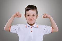 Kleiner Junge zeigt die Kraft Stockbild