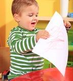 Kleiner Junge zeigt stolz seine Selbst-gezeichnete Abbildung Lizenzfreie Stockbilder