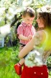 Kleiner Junge zu Händen von ihrer Mutter stockfotos